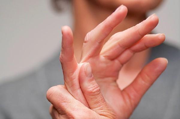 Болят суставы пальцев рук при беременности - почему и как лечить