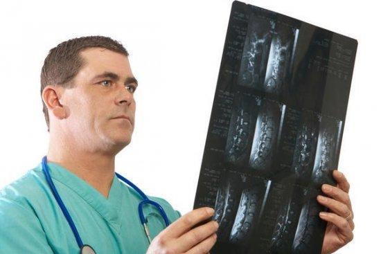 Болит поясница - к какому врачу обратиться и как лечить