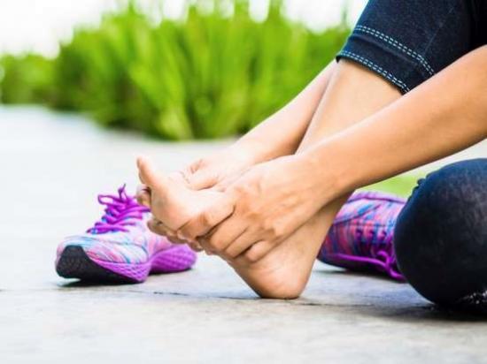 Боль в стопе под пальцами при ходьбе - причины и лечение