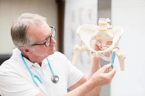 К какому врачу обращаться при болях в суставах