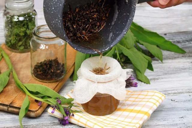 Живокост - полезные свойства, способы применения и рецепты