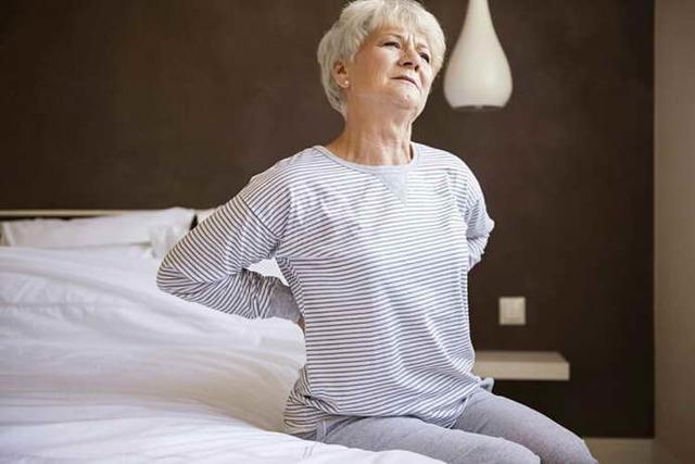 Хондроз в области лопаток - симптомы и лечение