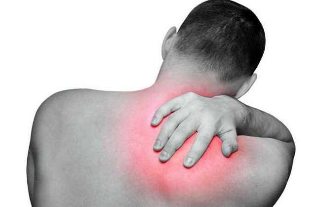 Боль в шее отдает в лопатку - возможные причины и лечение