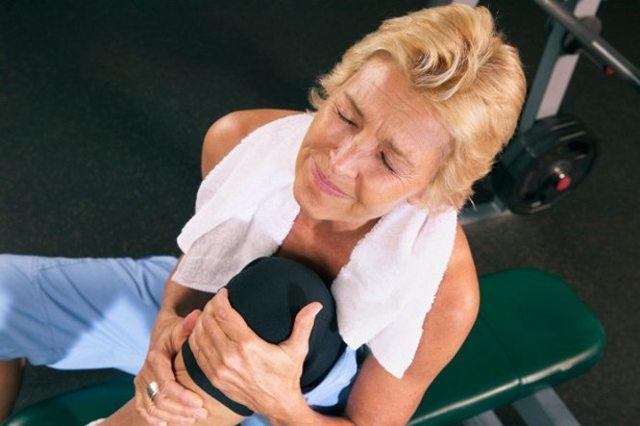 Колено опухло и болит при сгибании - лечение и причины